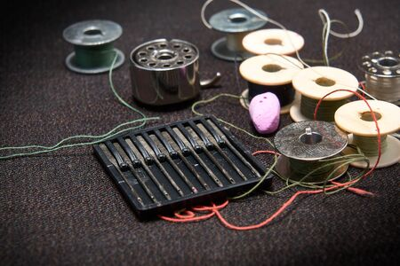 Set of needles and threads for a sewing machine