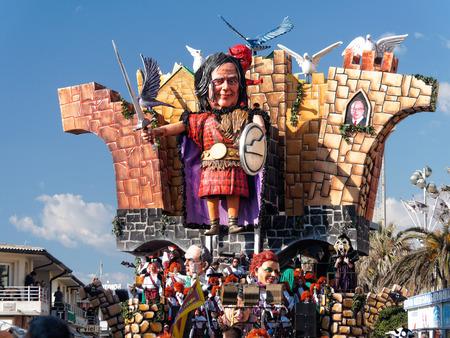 VIAREGGIO, ITALIA - 23 febbraio galleggiante allegorico di Beppe Grillo a Viareggio Carnevale terrà 23 febbraio 2014