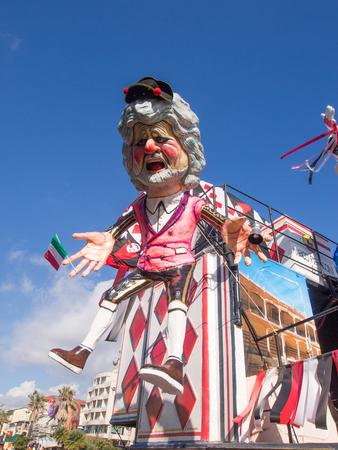 VIAREGGIO, ITALIA - 2 febbraio: float allegorica di Beppe Grillo a Viareggio Carnevale di tenuta 2 FEBBRAIO 2015