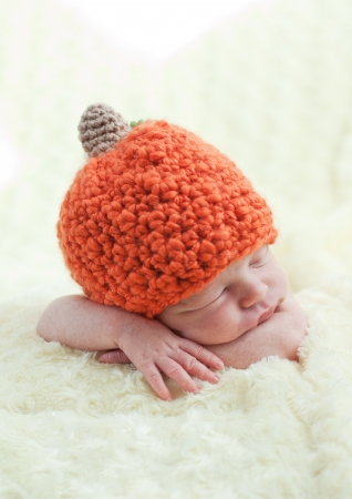 sweet sleeping baby with pumpkin hat Standard-Bild