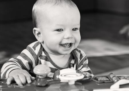 bebes lindos: lindo niño jugando en casa (blanco y negro)
