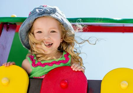 children playground: ni�o feliz se divierten en el patio de recreo