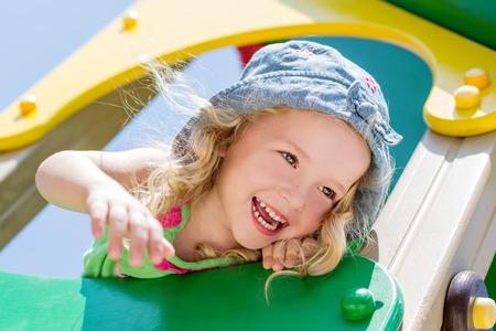 Šťastné dítě baví na hřišti Reklamní fotografie