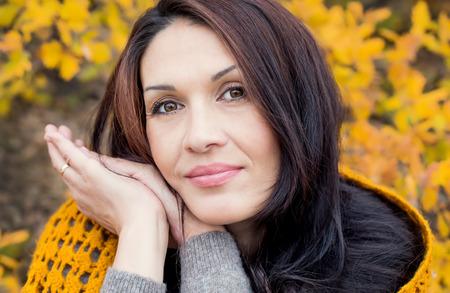 vejez feliz: Retrato de la hermosa mujer de mediana edad caminar al aire libre en otoño