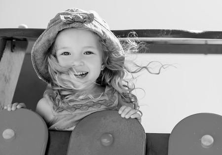 niños negros: niño feliz se divierten en el parque infantil (blanco y negro) Foto de archivo