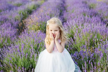 lavanda: Smiling toddler girl in lavender field