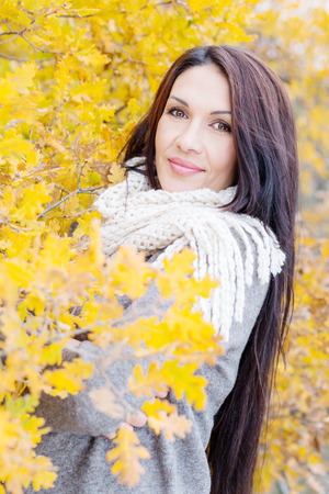 edad media: Retrato de la hermosa mujer de mediana edad caminar al aire libre en oto�o