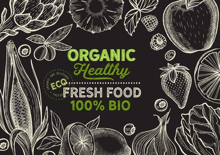 Illustrazione di frutta e verdura per il mercato agricolo sullo sfondo. Cibo biologico e vegetariano disegnato a mano di vettore. Poster di design con scritte e grafica vintage scarabocchio. Vettoriali