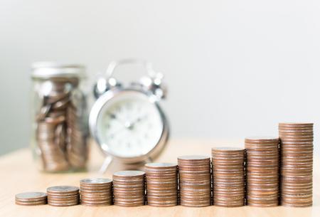 Münzenstapelschritt, der zum Erfolgsfinanzgeschäft mit Uhr und Glas heranwächst, sparen Geld und Investitionskonzept, kopieren Raum für Ihren Text Standard-Bild