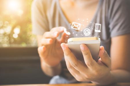 スマートフォンを使用して女性の手、お問い合わせ接続コンセプト