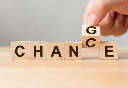 Ręcznie odwróć drewnianą kostkę ze słowem