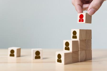 Concepto de negocio de recursos humanos y gestión de talentos y contratación, mano poniendo bloque de cubo de madera en la escalera superior, espacio de copia