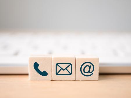 木ブロックの記号電話、郵便、住所、携帯電話。ウェブサイトページのご連絡または電子メールマーケティングの概念