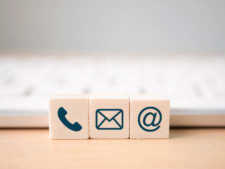 Houten bloksymbool telefoon, post, adres en mobiele telefoon. Website pagina contact met ons op of e-mail marketing concept