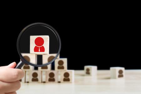 Gestione delle risorse umane e concetto di assunzione di attività di reclutamento, lente d'ingrandimento tenuta in mano, copia spazio per il testo