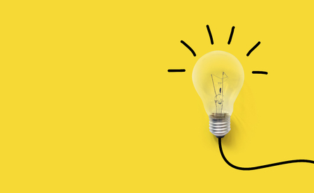 Creatief denken ideeën hersenen innovatieconcept. Gloeilamp op gele achtergrond Stockfoto