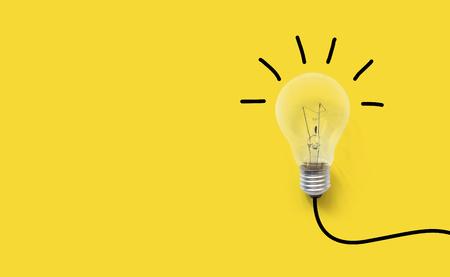 Kreatives Denken Ideen Gehirn Innovation Konzept. Glühbirne auf gelbem Hintergrund Standard-Bild