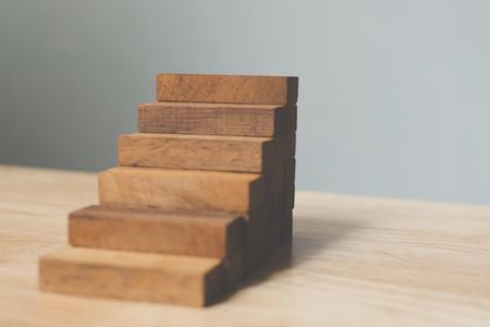 Apilamiento de bloques de madera como escalera. Concepto de trayectoria profesional de escalera para el proceso de éxito del crecimiento empresarial