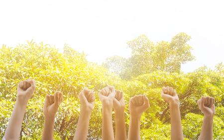 El grupo de mano levanta el servicio comunitario de muchas personas, el día internacional del voluntariado y el concepto del día de los derechos humanos