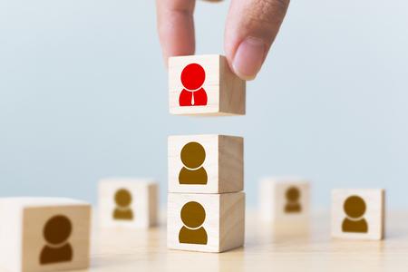La gestión de recursos humanos y el concepto de equipo de creación de empresas de contratación. Mano poniendo bloque de cubo de madera en la parte superior con el icono
