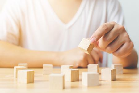 Terapia mózgu rehabilitacja poznawcza testy psychologiczne. Ręka trzyma sprzęt do terapii kostki drewnianej