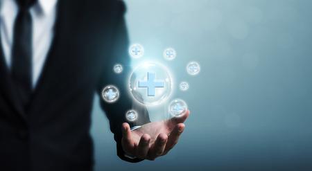 La mano del hombre de negocios que sostiene el signo más de burbuja significa ofrecer algo positivo (como beneficios, desarrollo personal, red social)