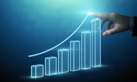 Sviluppo aziendale per il successo e il concetto di crescita crescente, uomo d'affari che punta il piano di crescita futura aziendale grafico a freccia Archivio Fotografico