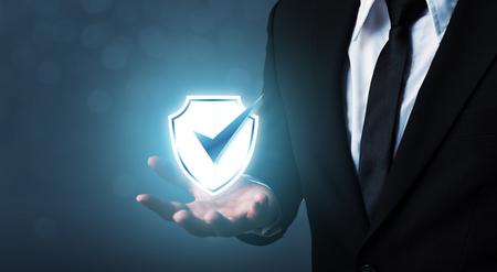 Equipo de seguridad de red de protección y seguro su concepto de datos, empresario sosteniendo escudo proteger icono