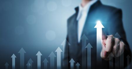 Sviluppo del business verso il successo e un concetto di crescita crescente. Uomo d'affari che indica il piano di crescita futura aziendale del grafico della freccia