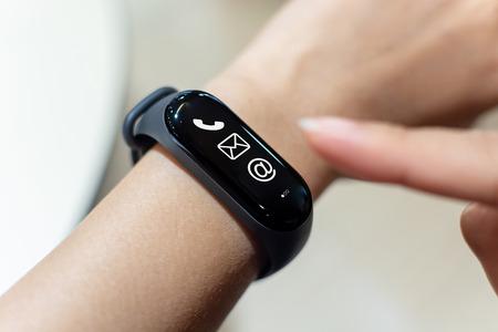 Schließen Sie die Bildhand des Mannes mit der Smartwatch mit dem Symbol für ungelesene Nachrichten auf dem Bildschirm