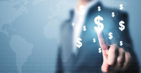 Uomo d'affari che indica l'icona di valuta del dollaro, applicazione di transazione online di concetto per l'e-commerce e gli investimenti in Internet