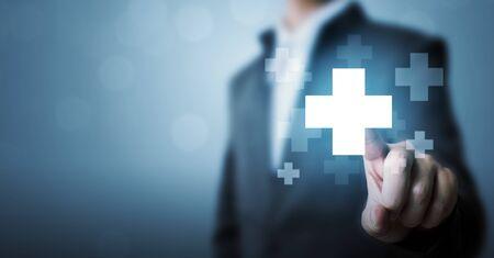 Ręka biznesmena dotykająca ikony znaku plus oznacza oferowanie pozytywnych rzeczy (takich jak korzyści, rozwój osobisty, sieć społecznościowa)