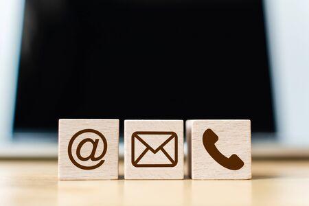 Teléfono, correo, dirección y teléfono móvil del símbolo del bloque de madera. Página web contáctenos o concepto de marketing por correo electrónico Foto de archivo