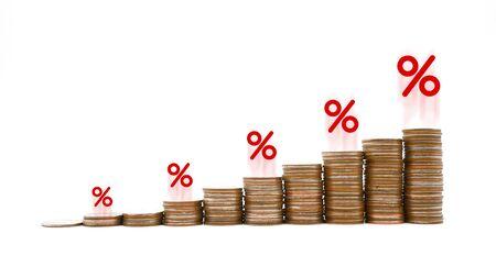 Grafico di incremento della pila di monete con icona percentuale di colore rosso isolata su sfondo bianco, gestione del rischio aziendale finanziario e gestione percentuale di investimento aumenta il concetto dei tassi di interesse