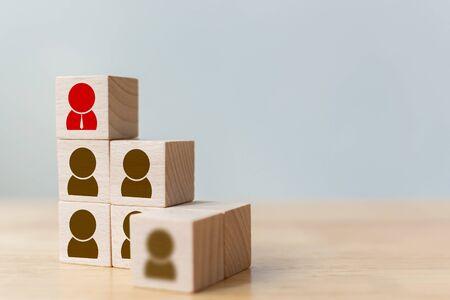 Concept d'entreprise de gestion des ressources humaines et des talents et du recrutement, bloc de cube en bois sur l'escalier supérieur