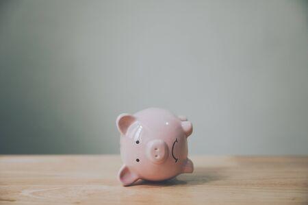 Sparschwein auf Holztisch. Finanzielle Investition und Geld sparen Konzept