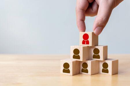 Personalmanagement- und Rekrutierungsgeschäftskonzept, Hand, die Holzwürfelblock auf die oberste Pyramide legt, Platz kopieren