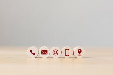 シンボル電話、電子メール、アドレスの携帯電話と場所と木製の球。お問い合わせの概念と電子メールマーケティングの概念