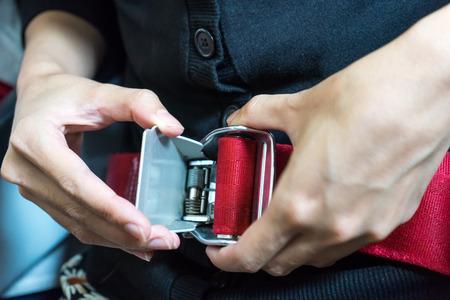 caja fuerte: cinturón de seguridad con la mano