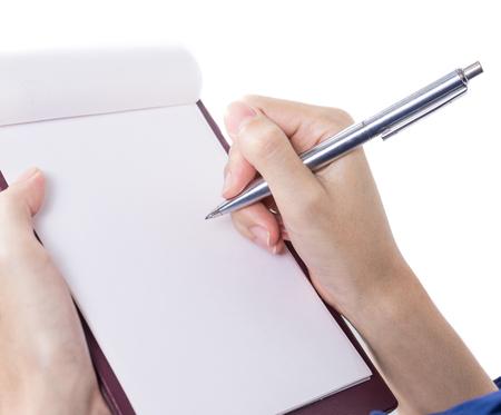 escritura: Primer plano de la mano femenina que sostiene una pluma y la escritura