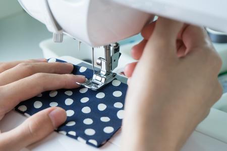 sew: Proceso de costura, la m�quina de coser coser manos la m�quina de coser de la mujer Foto de archivo