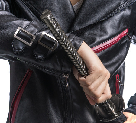 samourai: tenant épée de samouraï sur fond blanc Homme main, veste en cuir