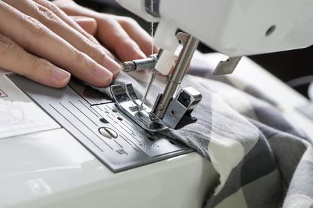 maquinas de coser: Proceso de costura, la m�quina de coser coser manos la m�quina de coser de la mujer Foto de archivo