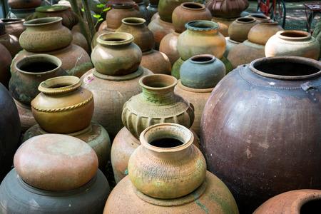 ollas de barro: ollas de barro hechas a mano antiguos de barro en Tailandia