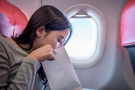 Une passagère de l'avion a vomi dans un sac en papier. Banque d'images