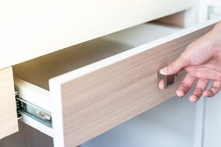 Usa il cassetto aperto a mano in legno