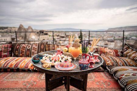 Petit-déjeuner avec un grand paysage sur le toit de la maison troglodyte dans la ville de Göreme, Cappadoce Turquie. Banque d'images
