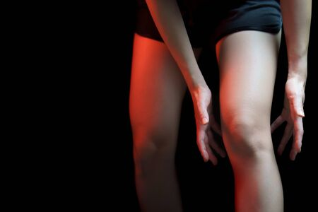 Concepto médico, mujer que sufre con dolor de rodilla