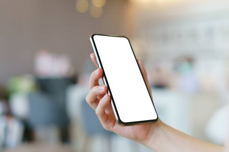 Modellbild der Hand, die Handy mit leerem weißem Bildschirm hält. Standard-Bild