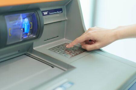 Frau Finger Drücken einer Taste des Geldautomaten (ATM) Standard-Bild